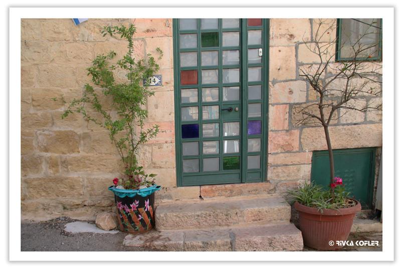דלת מקושטת ופרחים