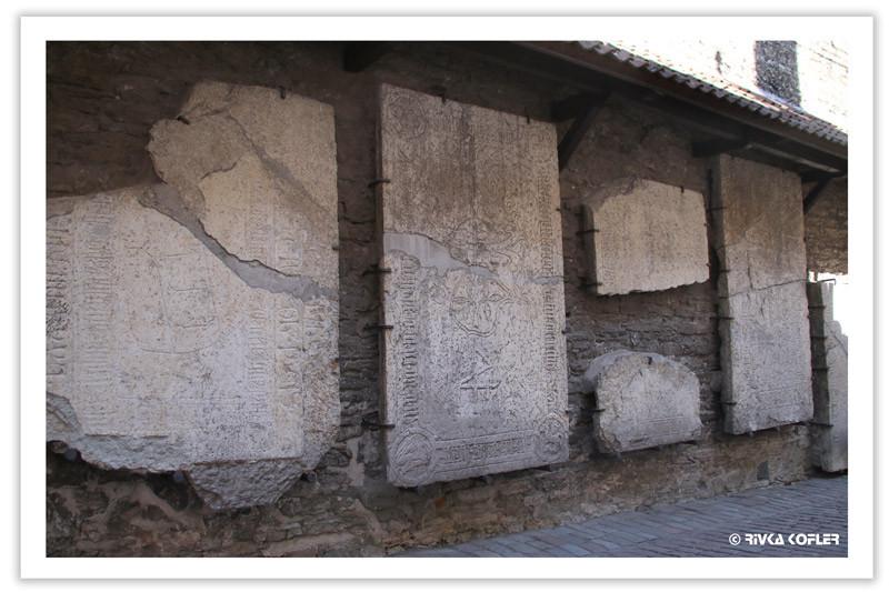 לוחות אבן שניצלו ממנזר סנטה קתרינה