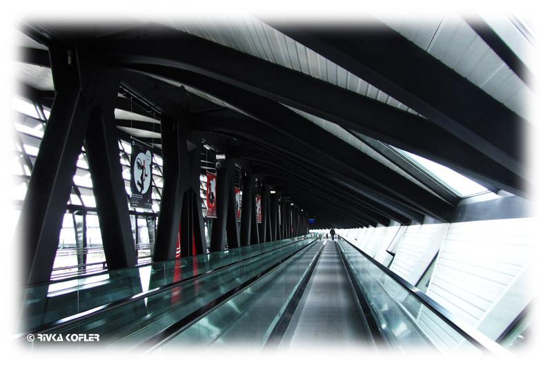 מסדרון ארוך בשדה התעופה ליון