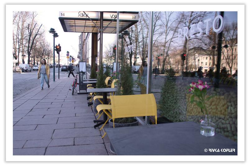 כסאות בתי קפה צהובים