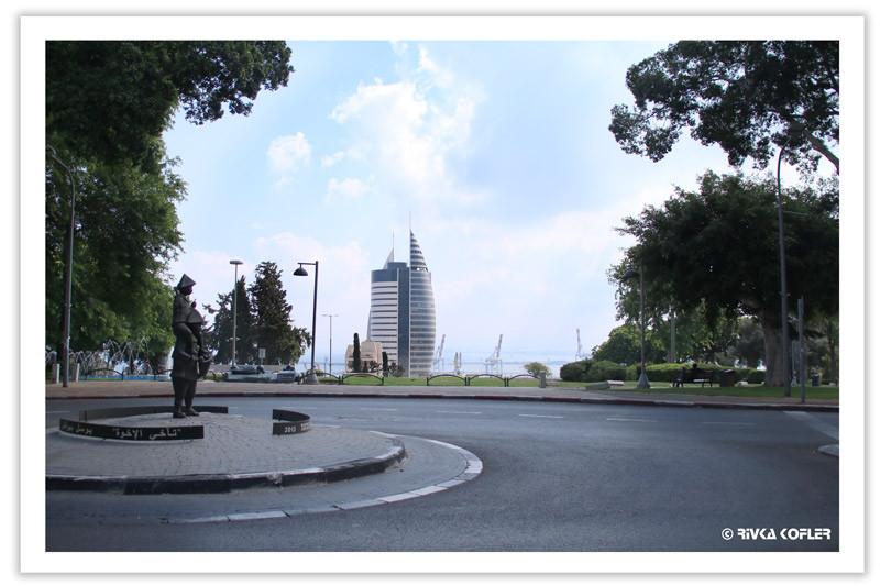 פסל בככר ומבט למפרץ חיפה