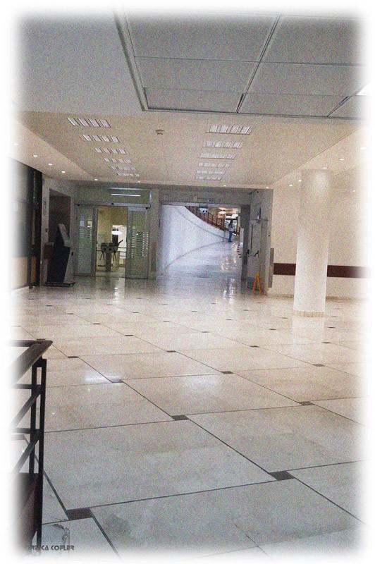 מסדרון מציץ ממסדרון