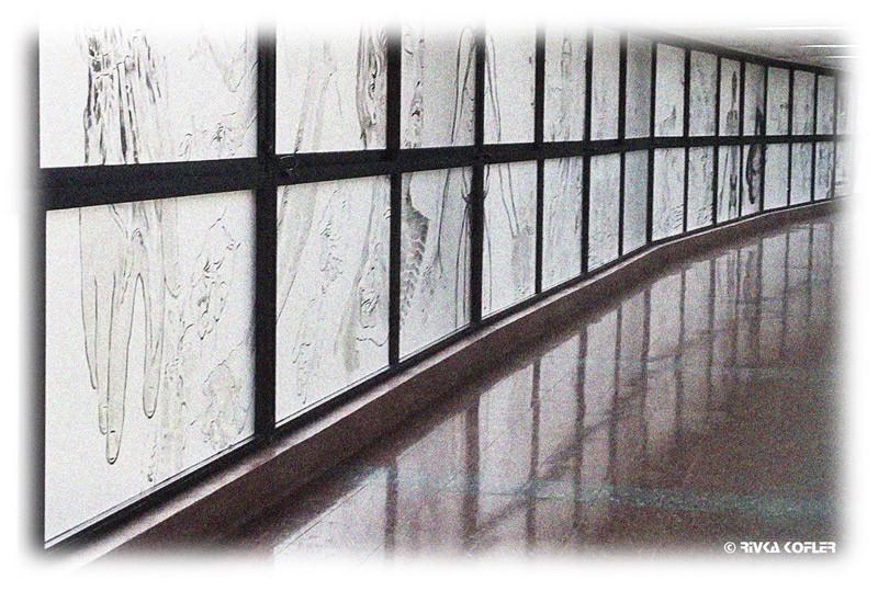 ציורים לאורך המסדרון