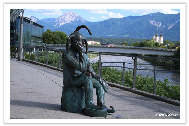 פסל ליצן מהורהר, נהר, כנסייה, הרים