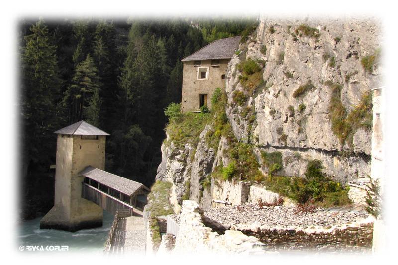 מנזר וגשר על המים