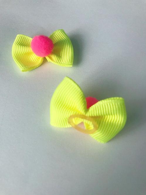 Par mini lacinho amarelo neon com pompom pink com elástico.