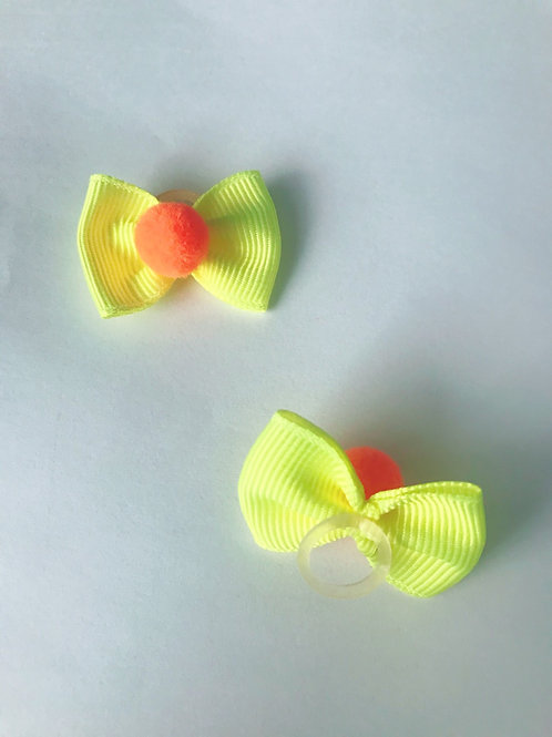 Par mini lacinho pompom amarelo neon e pompom laranja com elástico.
