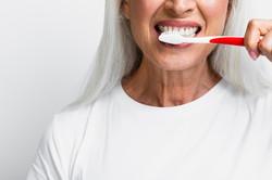 mujer-madura-limpieza-dientes