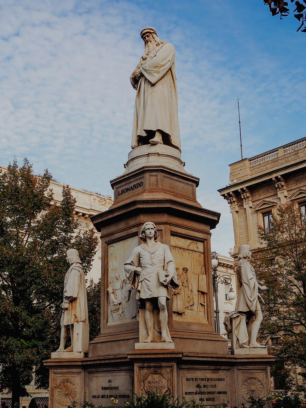 Estatua de Leonardo frente al Teatro alla Scala