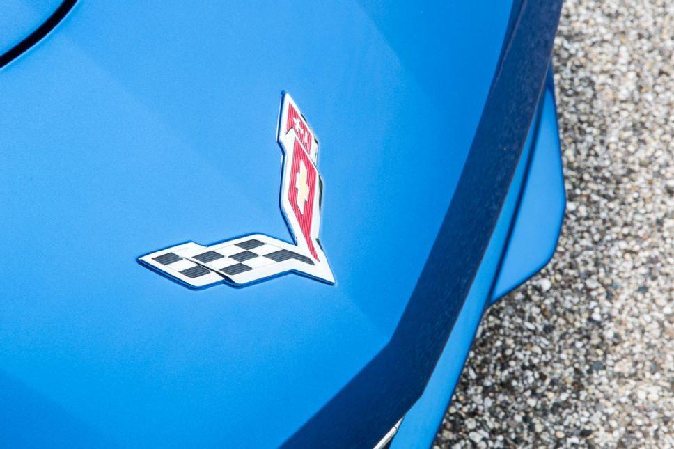 Chevrolet_Corvette_C7_front_badge__68982