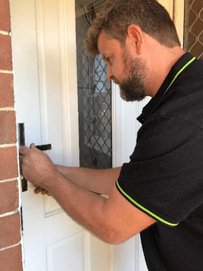 Eastern Suburbs emergency locksmith fixing door lock