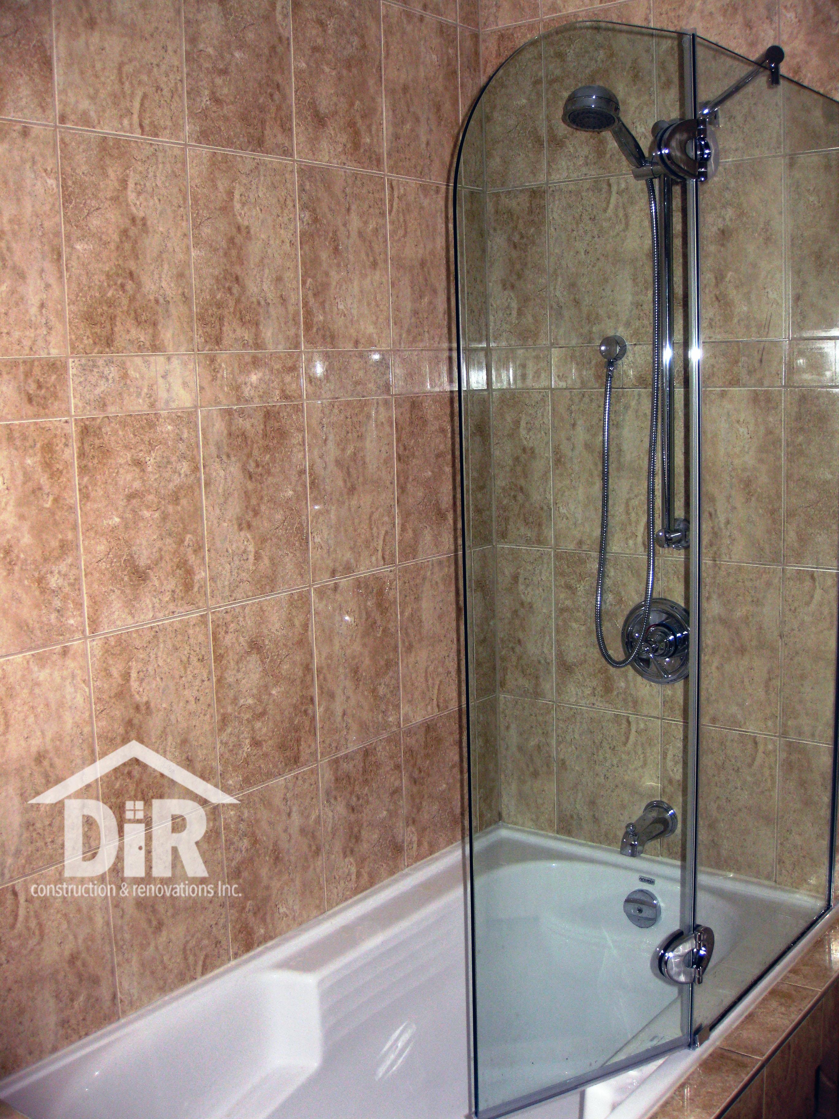 Soaker Tub with Glass Door