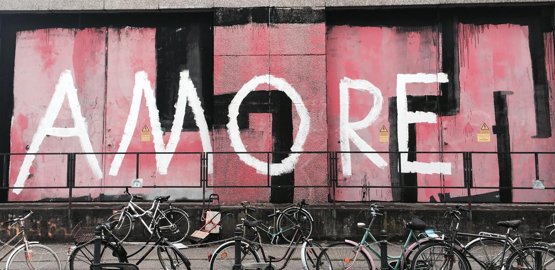 Graffiti sul muro di cemento
