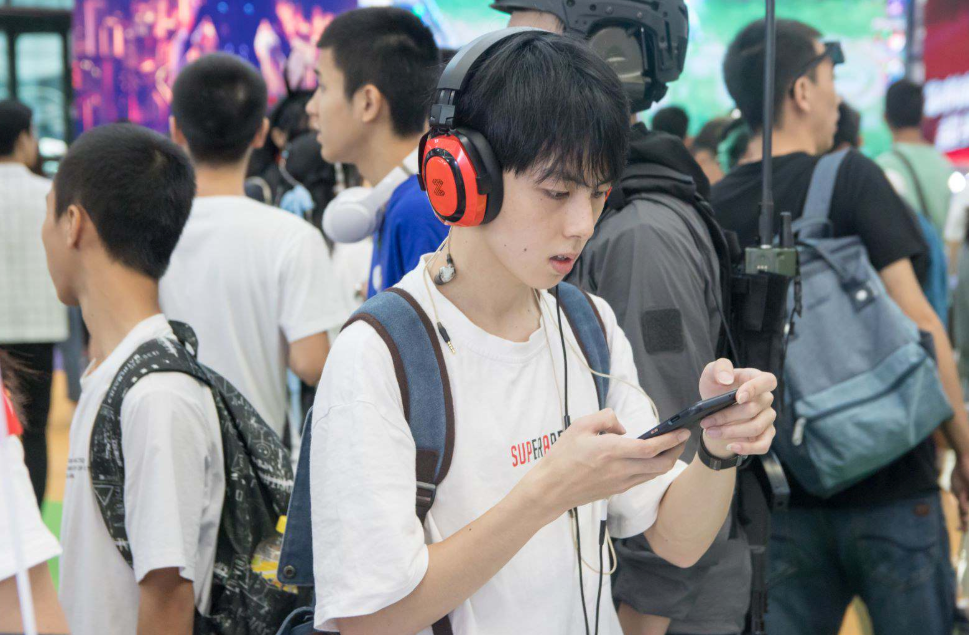 有不少年青用家表示ZB100是少有的性價比高耳機
