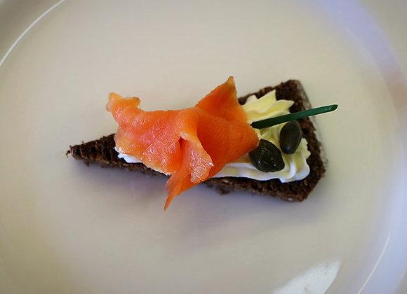 Pain triangle couvert de fromage à la crème et saumon fumé
