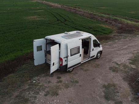 Placa solar para furgoneta tu accesorio camper que no puede faltarte.