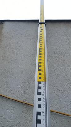 A léc milliméter beosztású hátoldala