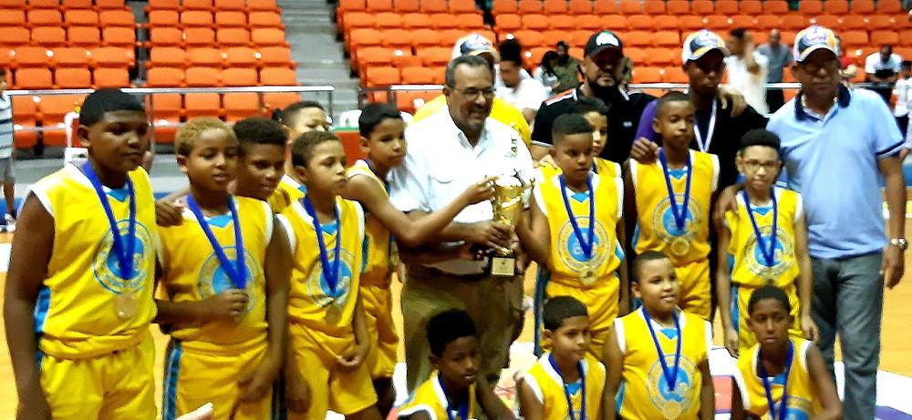 Directivos de la ABASACA premian al club Rubén Espino, campeón de la División Dos del Mini baloncesto de Santiago