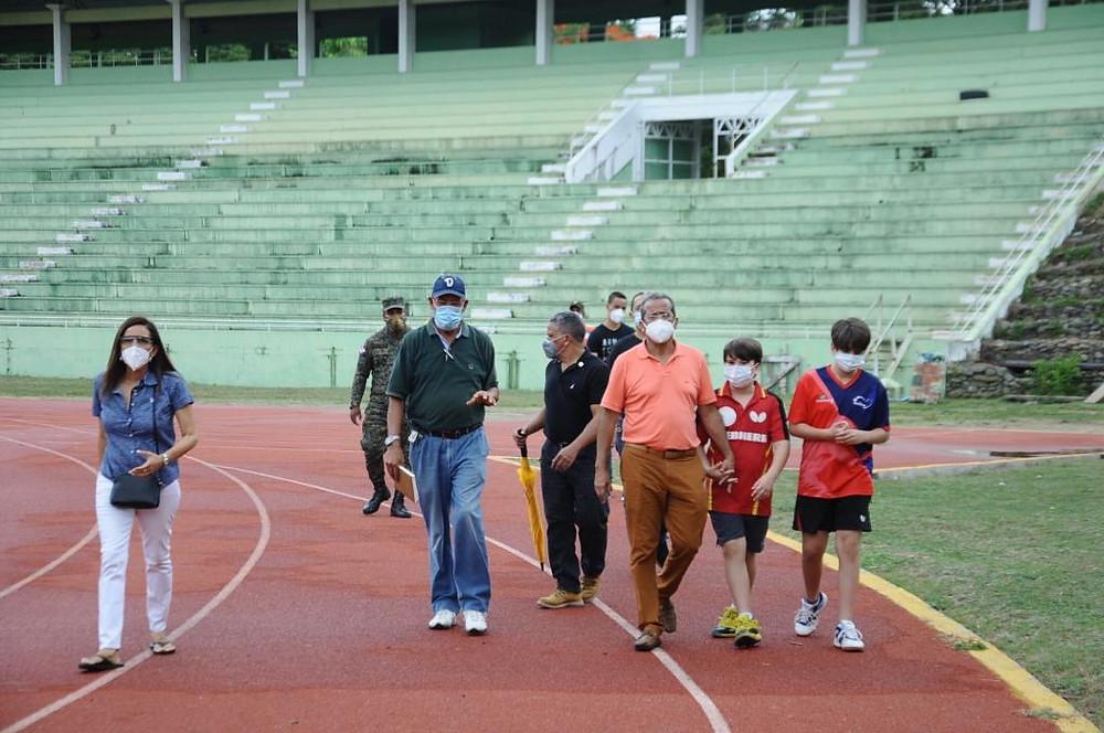 Juan Vila inspeccionando la pista de atletismo del Complejo Deportivo de La Barranquita.