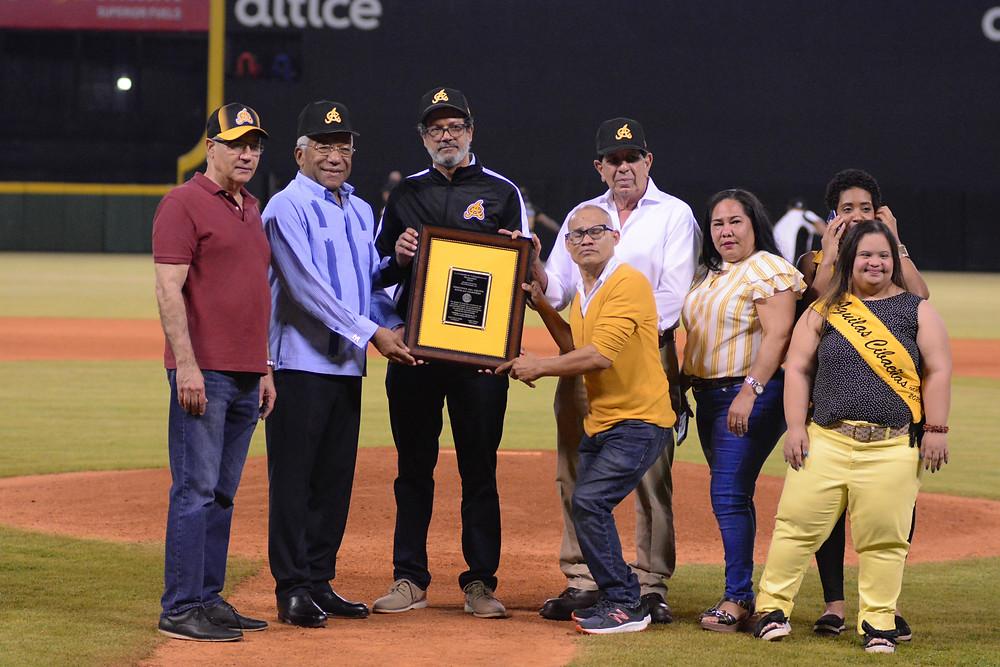 El presidente de las Aguilas  recibe placa de reconocimiento  de parte