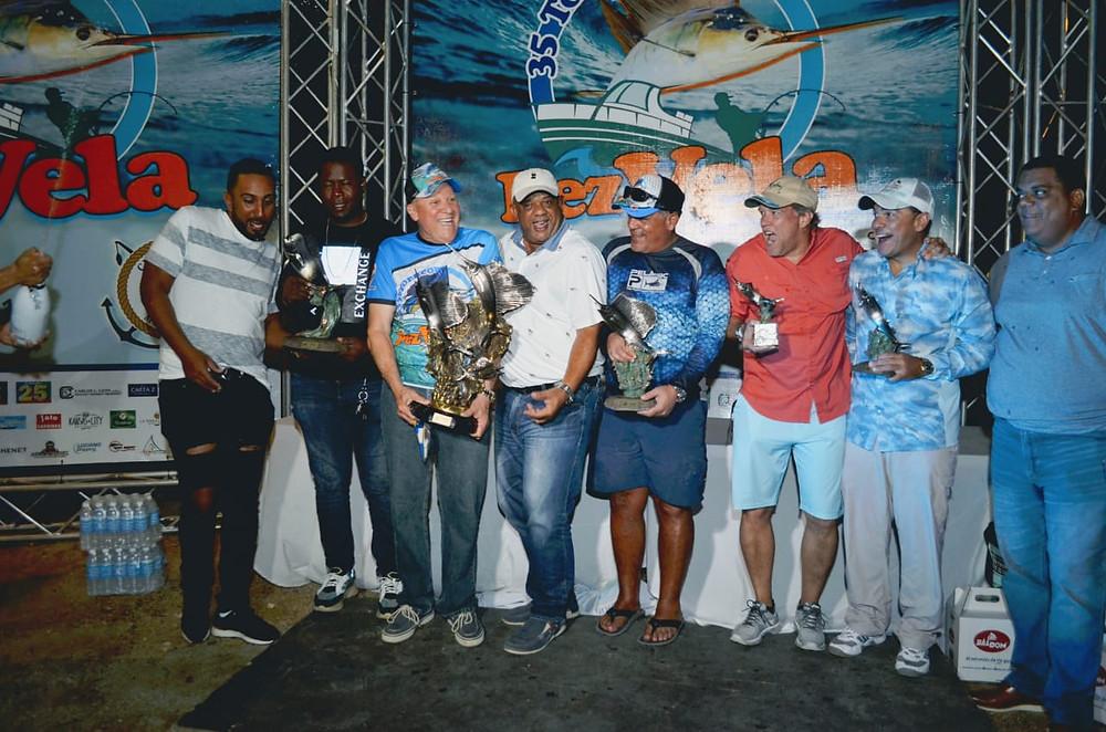 El Comodoro Víctor Estrella y los demás ganadores del Torneo 35 del Pez Vela.