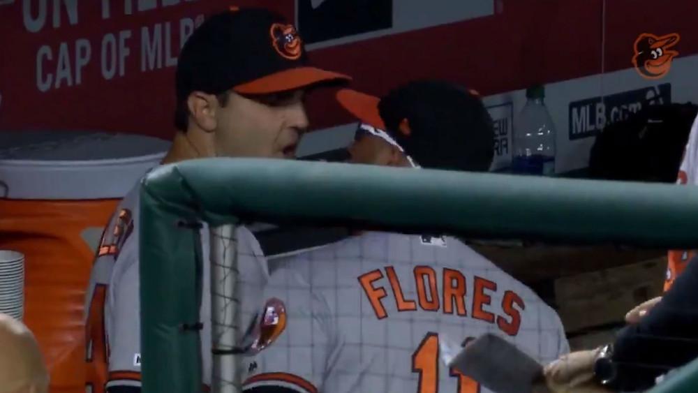 El relevista Richard Bleier y el entrenador de tercera base, José David Flores, se vieron envueltos en un duelo de gritos llenos de obscenidad