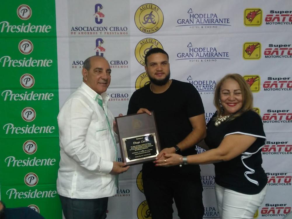 1-El gobernador de Moca, Andrés Diloné Ovalles y su esposa Rosa premian a Diego Goris.