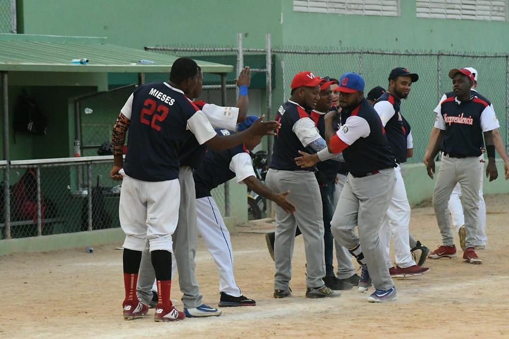 El equipo de la Vicepresidencia su victoria para avanzar a la primera semi-final del quinto torneo de softbol gubernamental.