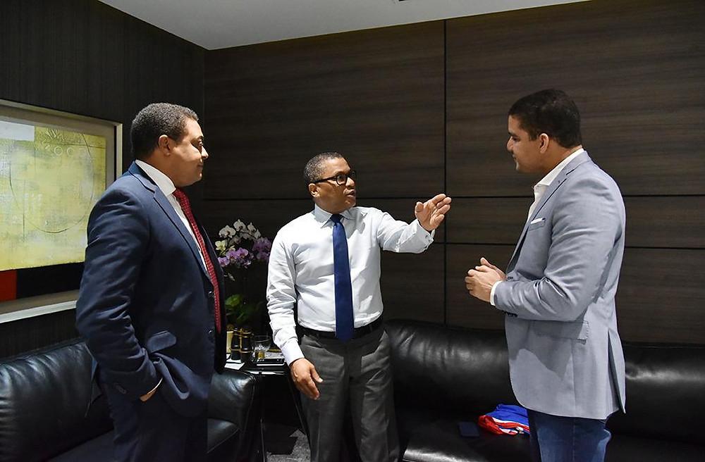 El ingeniero Ramón Pepín, ministro de Obras Públicas, conversa en su despacho con José Monegro y Rafael Uribe
