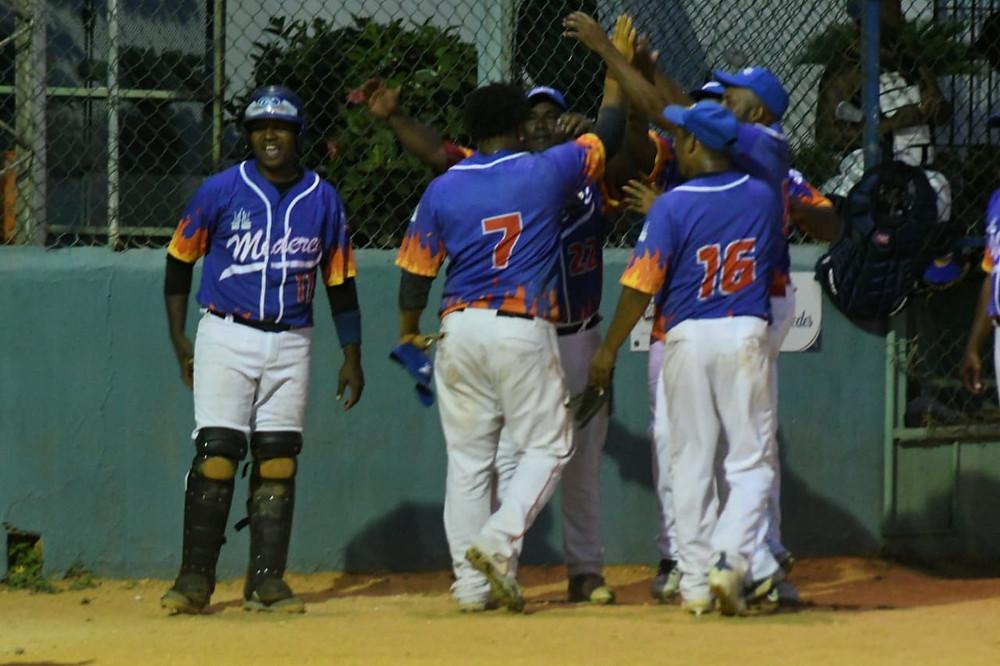 Jugadores de Miderec celebran su clasificación a la segunda ronda del quinto torneo gubernamental de softbol.