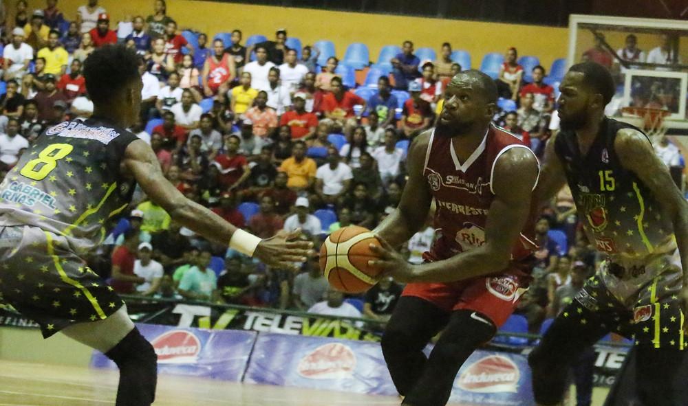 El Ex NBA Sam Young del San Sebastian intenta una ofensiva ante jugadores del Don Bosco