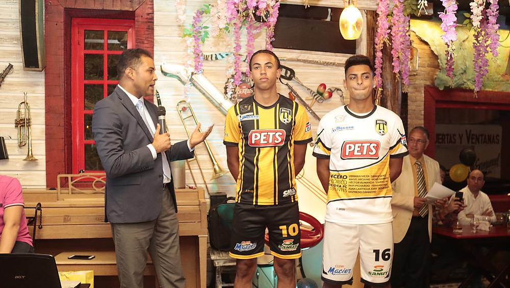 Willy González, del equipo de mercadeo explica sobre las camisetas que utilizara el MOCA FC