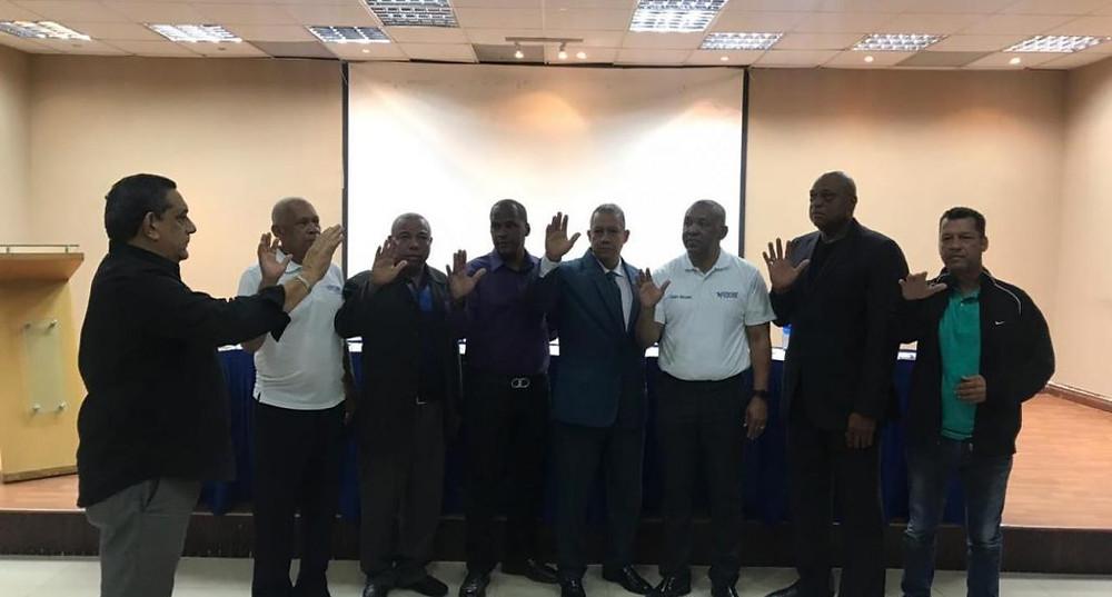 Juan Núñez Nepomuceno y demás miembros del Comité ejecutivo de FEDOBE al ser posesionado por Luis Chanlatte, Vicepresidente del Comité Olímpico Dominicano.