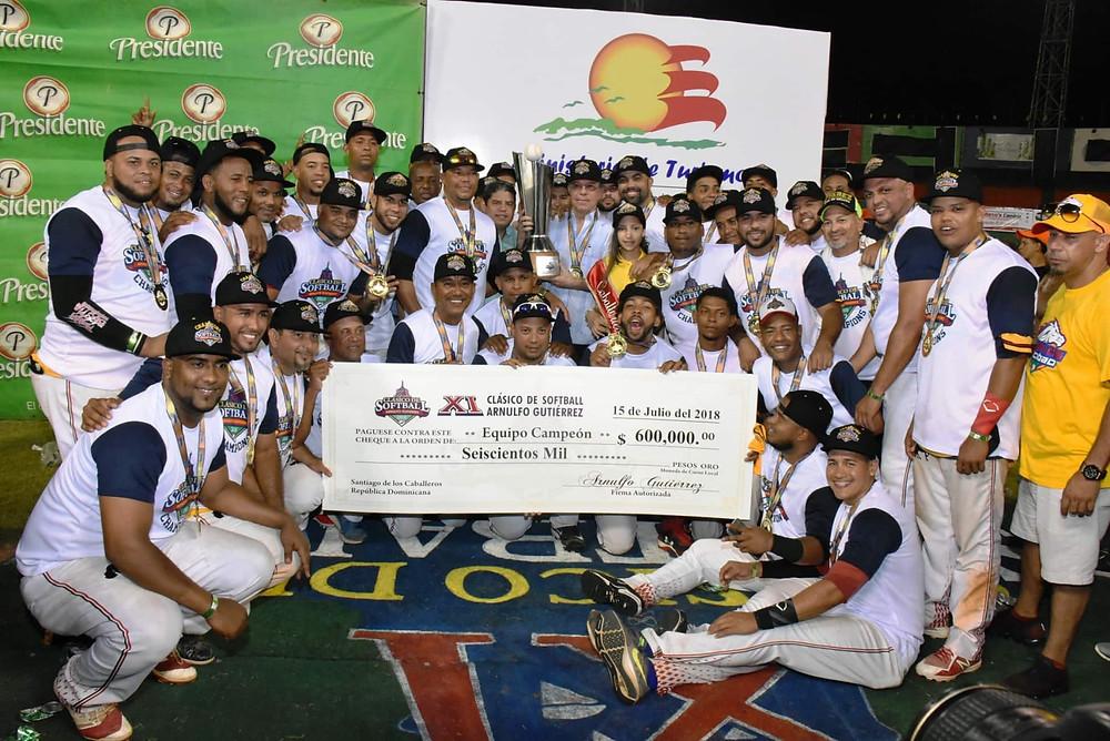 Los Caballos del Cibao recibiendo la Copa Arnulfo Gutiérrez y el premio de 600 mil pesos, como campeones del 2018.