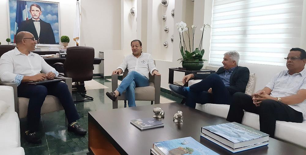El alcalde Abel Martínez recibe en su despacho la comisión del Baloncesto Superior de Santiago, donde figuran Bernardo Frías, Jorge Luis Ceballos, Chino Espinal y Pappy Pérez