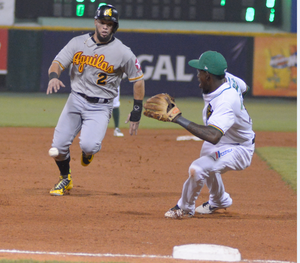 Juan Carlos Perez llega a tercera base