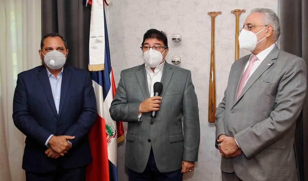 El ministro de Deportes Francisco Camacho se expresa junto al presidente de la LIDOM Vitelio Mejía (derecha) y Junior Noboa.