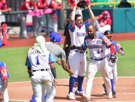 Dominicana remonta con jonrón de Castillo y clasifica a semifinales.