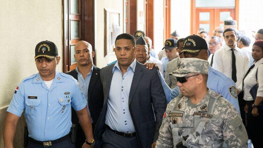 El ex lanzador Octavio Dotel llora luego de salir de una audiencia en un tribunal en República Dominicana AP Photo/Tatiana Fernandez)