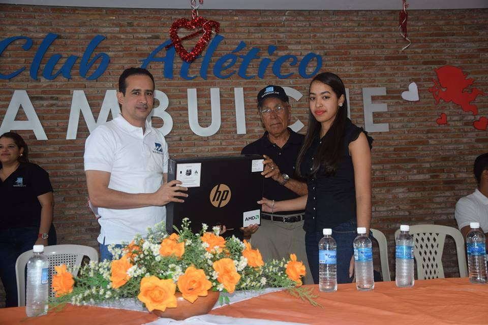 Víctor Suárez con la leyenda Chaguito Olivo en el Club Mambuiche.