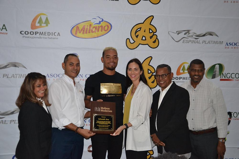 Edmundo Sosa premiado por David Núñez, Chanel Ureña de Espinal, Florangel Bueno, Rafael Baldayac y Fellito Ortiz