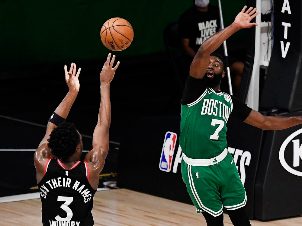 OG Anunoby intenta el tiro sobre Jaylen Brown