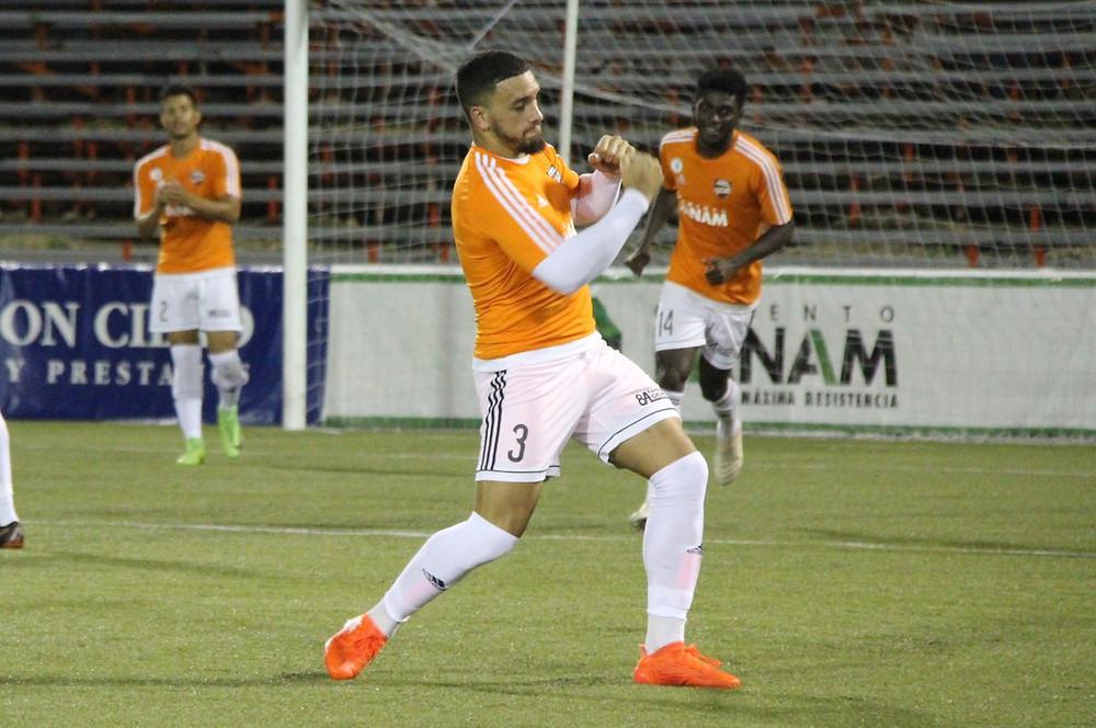 Danco García celebra el gol que anotó para el Cibao FC.