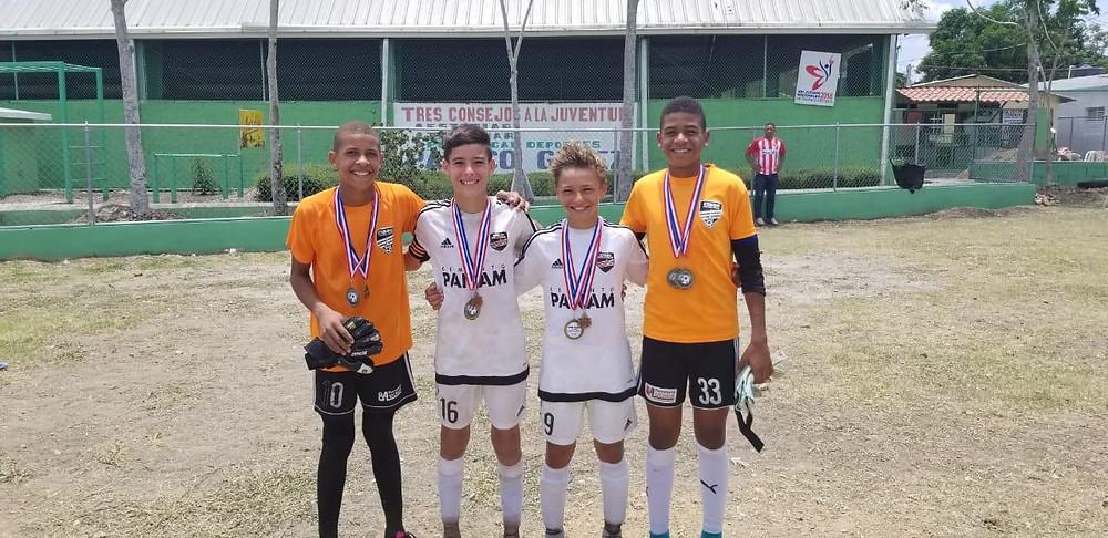 Los jugadores  Edwin Frías, Manuel Martínez, Javier Roces y Lucas Bretón