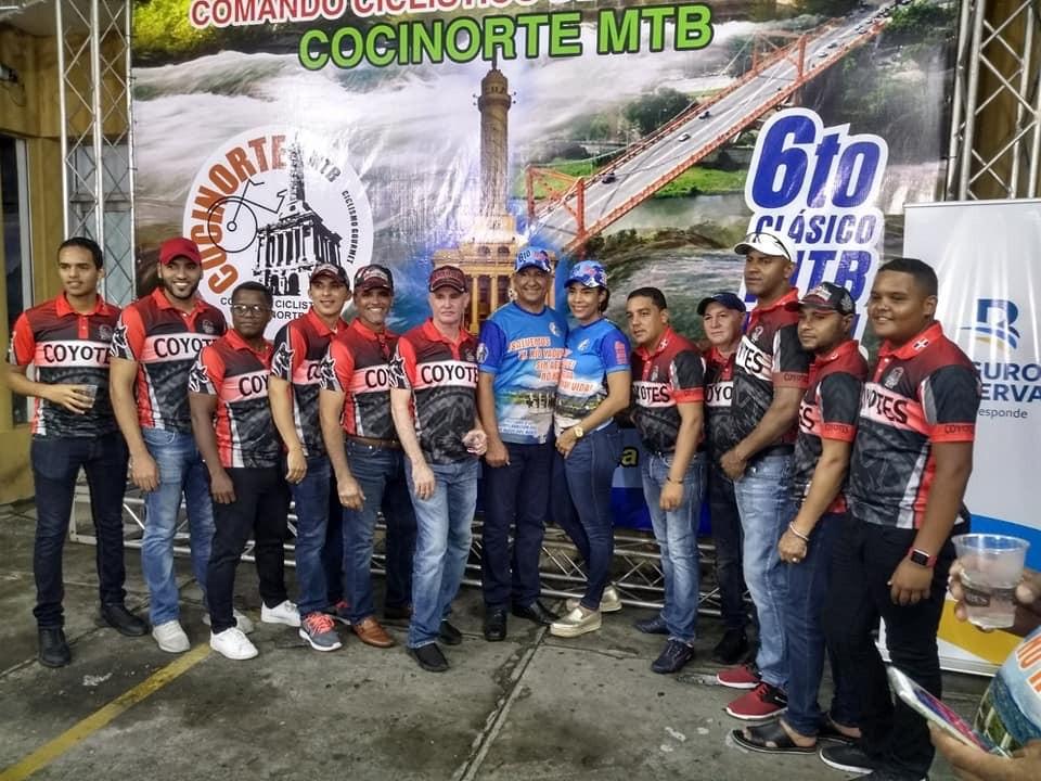 El ingeniero Rafael Solano con los Coyotes equipo de ciclistas que se preparan para la limpieza del Yaque del Norte y posterior participación en el Clásico Patrón Santiago.
