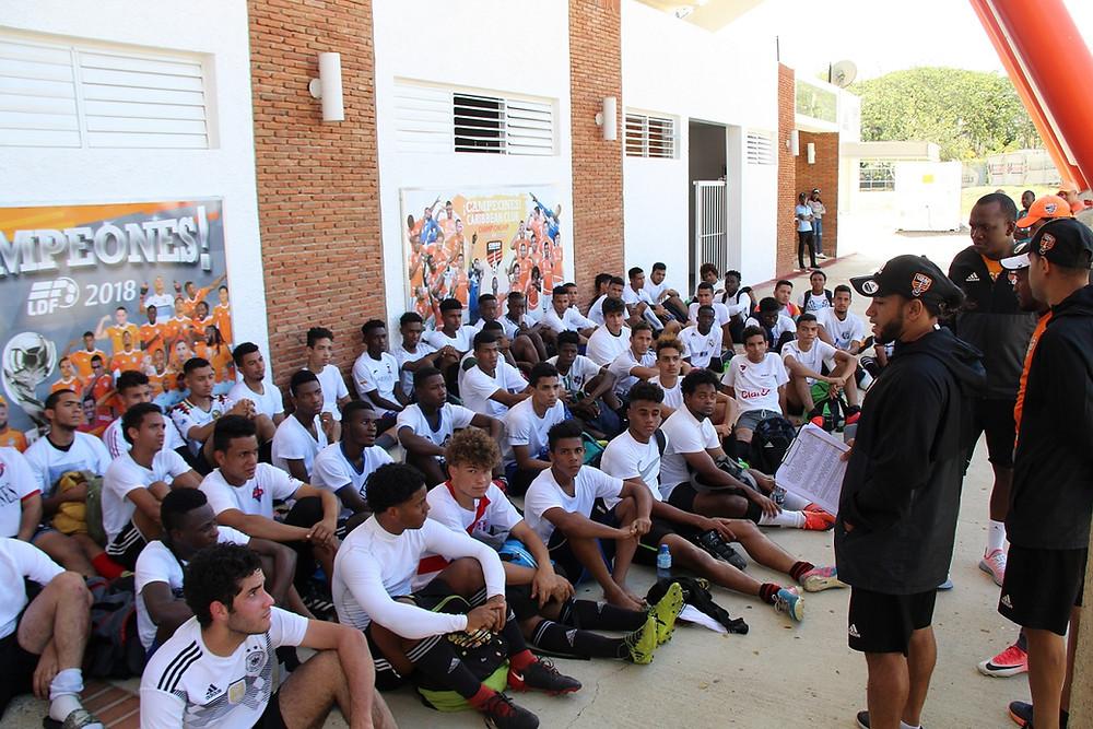 Jóvenes participan en las practicas del Cibao FC