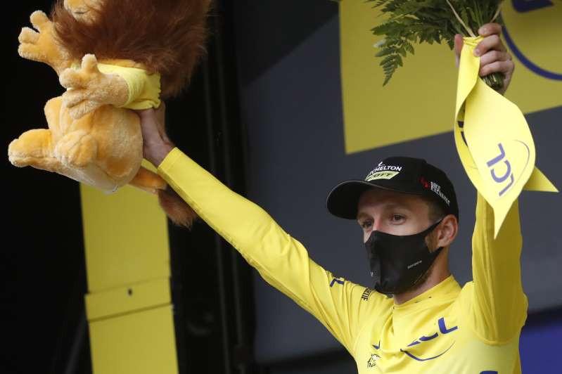 © Proporcionado por Associated Press El británico Adam Yates, con la camiseta amarilla de líder general, celebra en el podio tras la octava etapa del Tour de Francia el sábado, 5 de septiembre del 2020, en Loudenvielle, Francia. (Stephane Mahe/Pool foto via AP)
