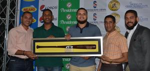 Frank Acevedo, Julio Polanco, Amable Guzmán y David Núñez, quienes Premian a diego Goris, Jugador Más Valioso Aguilas Cibaeñas.