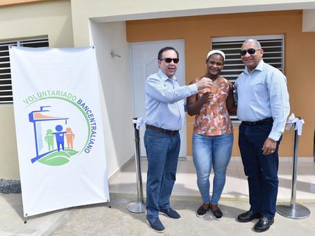 Voluntariado del Banco Central entrega  una casa a la pesista Crismery Santana