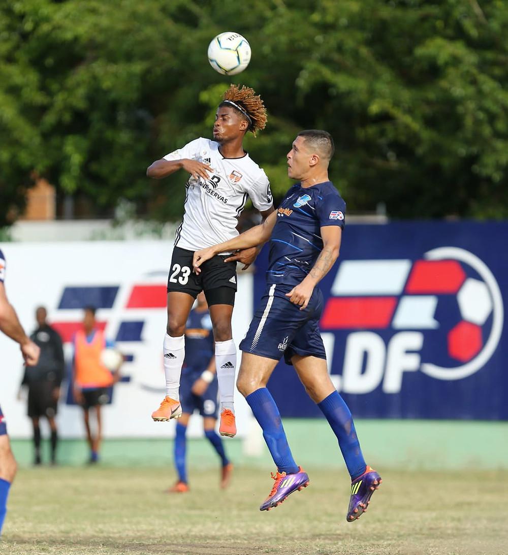 Dorny Romero golpea el balón con su cabeza para el gol de la victoria del Cibao FC  sobre Atlántico.
